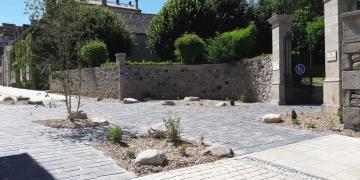 Entrée du Jardin Public - Travaux terminés : parvis en bandes de schiste (19 juin 2018)