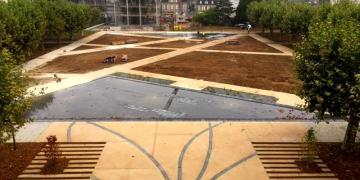 07 septembre 2018 : Vue depuis le bâtiment principal sur l'esplanade en béton sablé avec insertion de bandes en béton gris